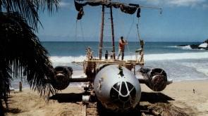 """Los restos del B-29 modificados como improvisada almadía y rebautizados como """"El arca de Noé"""""""
