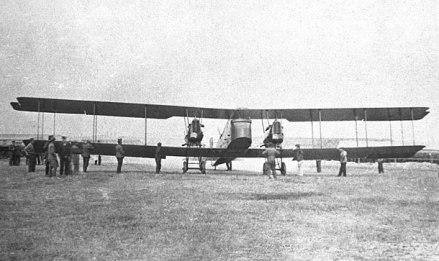 Un Gotha G.V es alineado y preparado para el despegue
