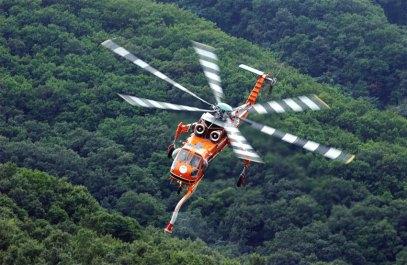 Una grúa volante S-64E en servicio contraincendios